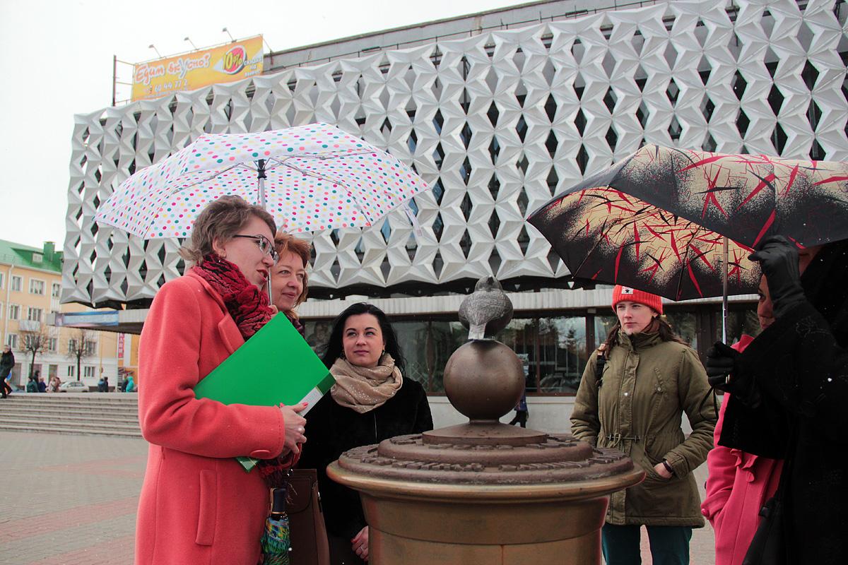 Экскурсия началась у памятника воробью на площади Ленина.