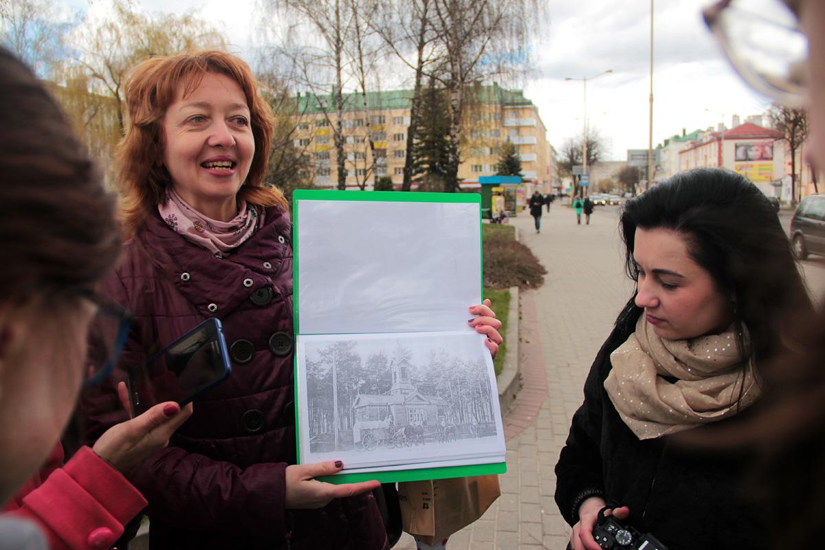 Наталья Станкевич показывает, как выглядела улица Ленина в начале XX века.
