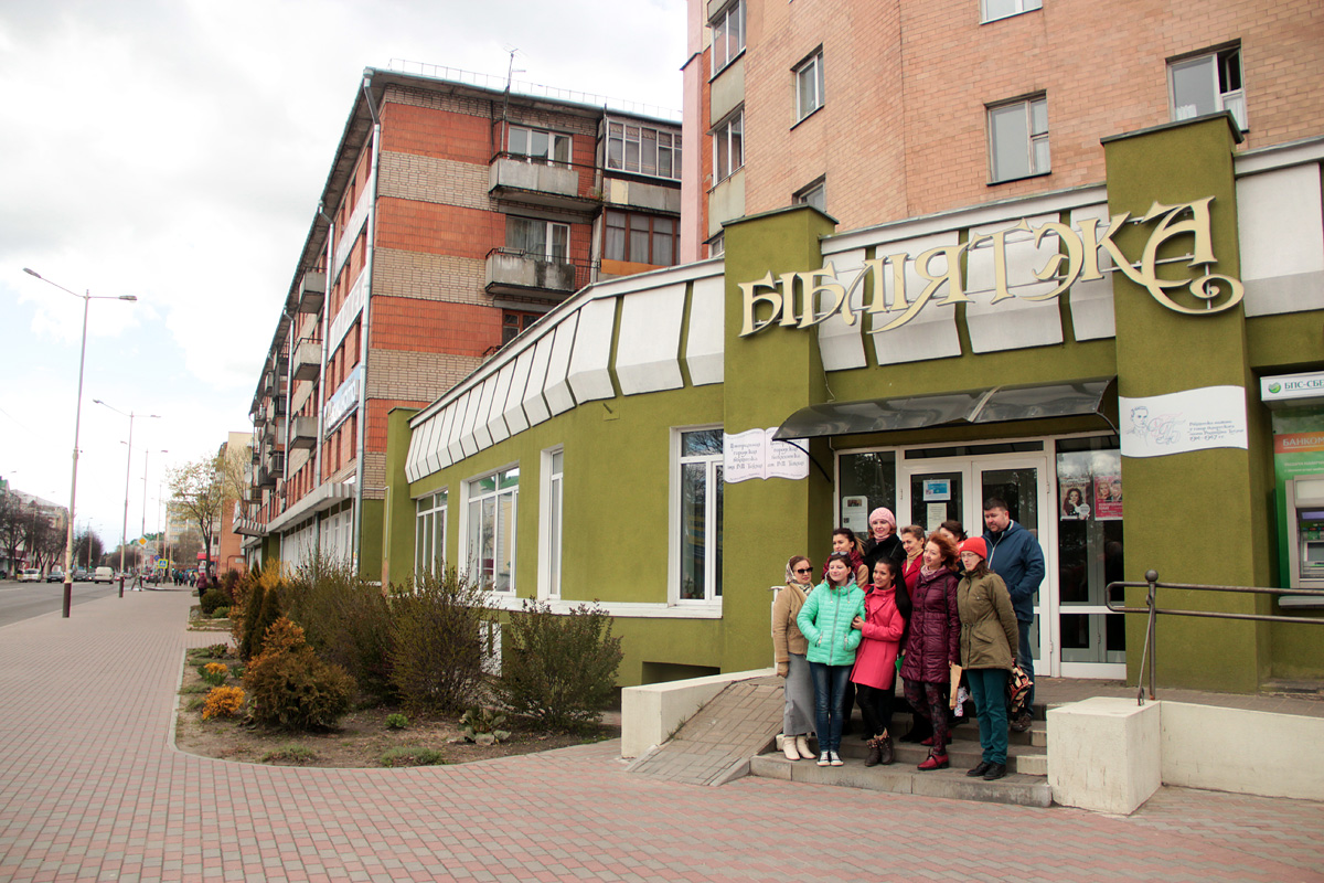 Закончилась экскурсия по улице Ленина у входа в Центральную городскую библиотеку.