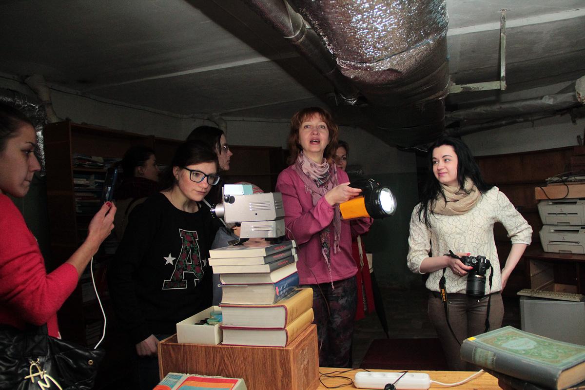 Экскурсанты переместились в подвал библиотеки.