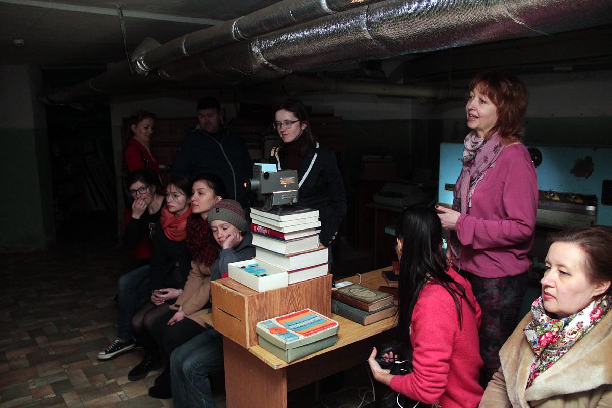 Участники экскурсии смотрят диафильм по рассказу Виктора Драгунского «Сверху вниз, наискосок!»
