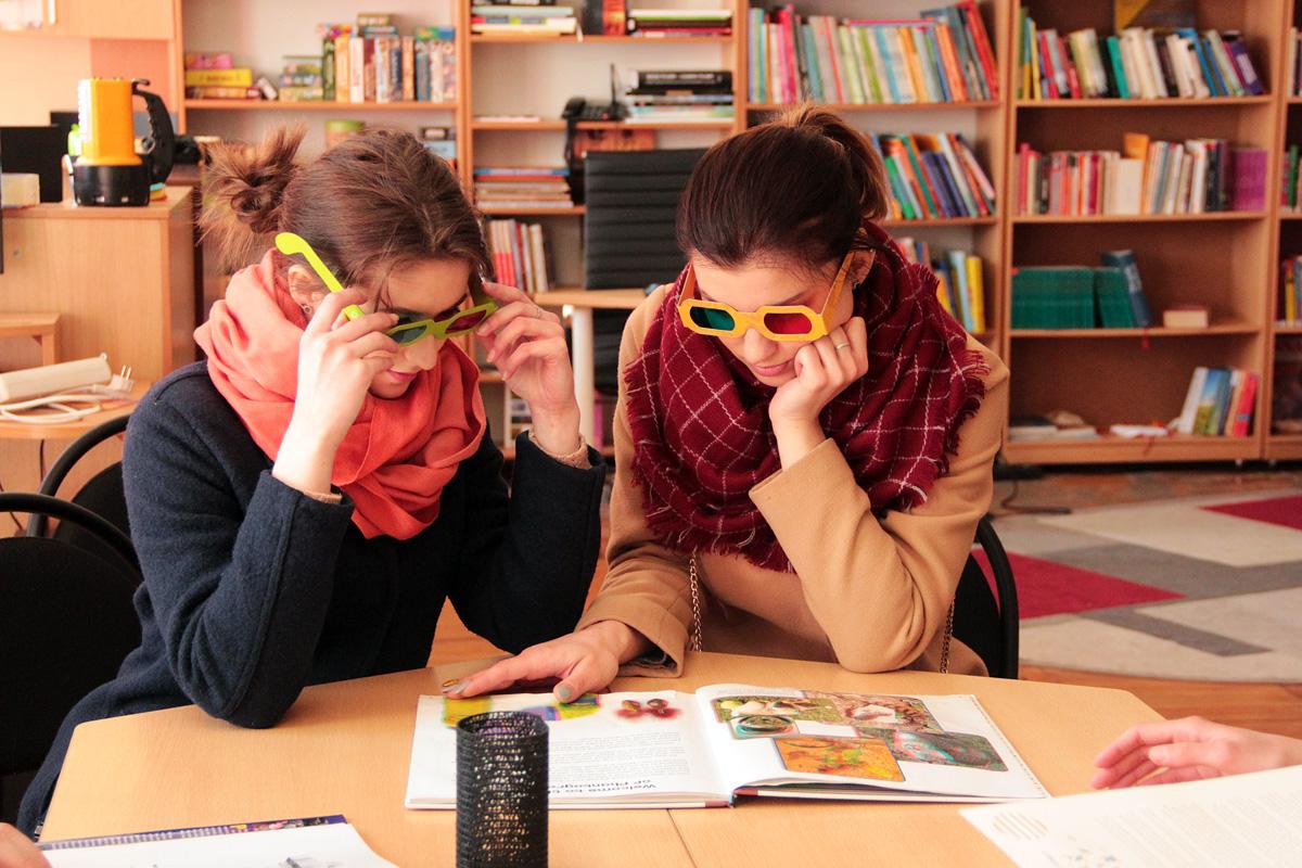Ребята рассматривают 3D картинки в стереоскопических очках.