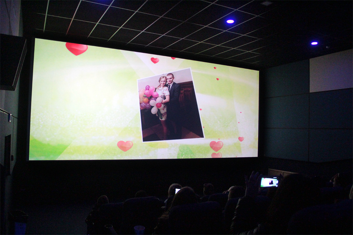 Перед киносеансом зрителям показали видеоролик с историей любви.