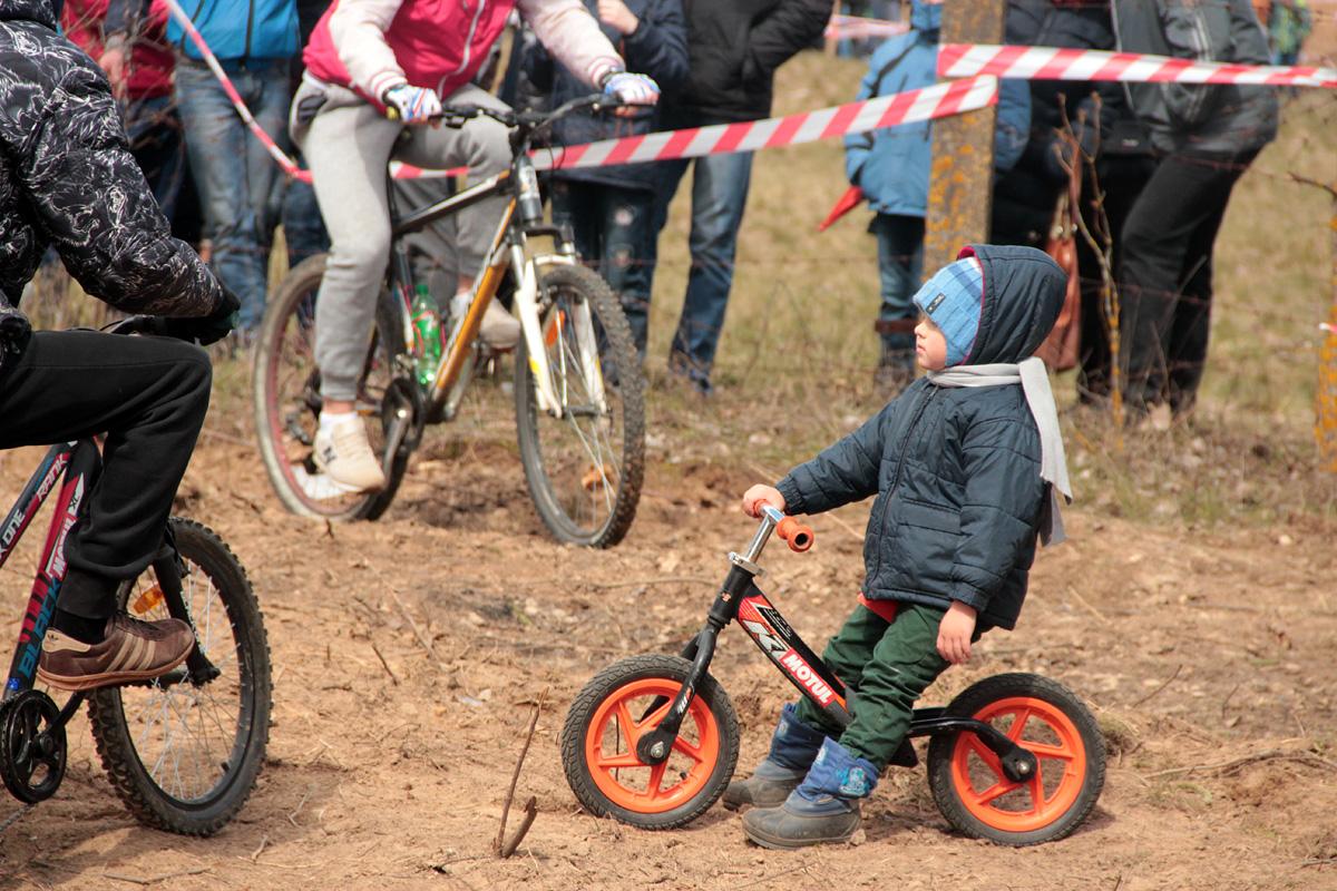 Самый маленький участник велосипедной гонки.