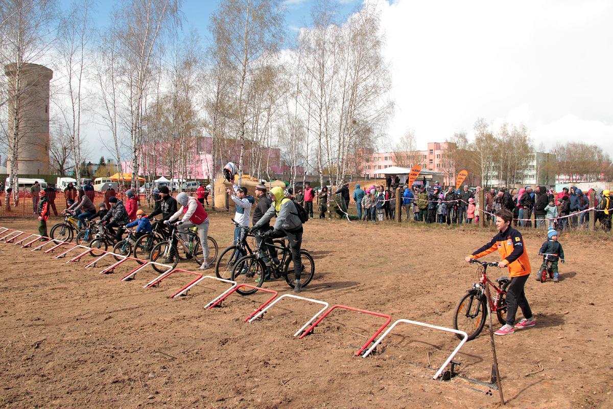 Всем желающим велосипедистам дали возможность проехать круг по трассе.
