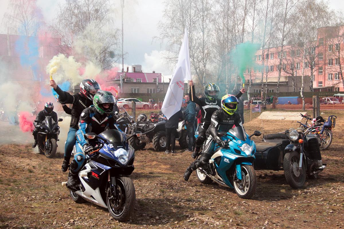 Прибывает колонна мотоциклистов.