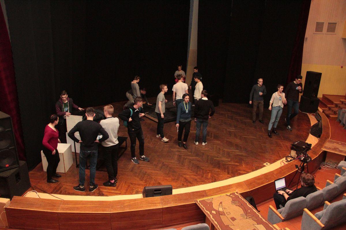 Во время подготовки сцены к спектаклю актеры репетировали.