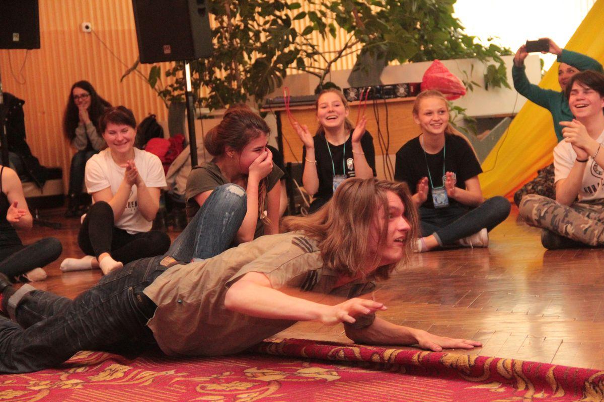 Во время мастер-класса участники катались по полу и корчили рожи.