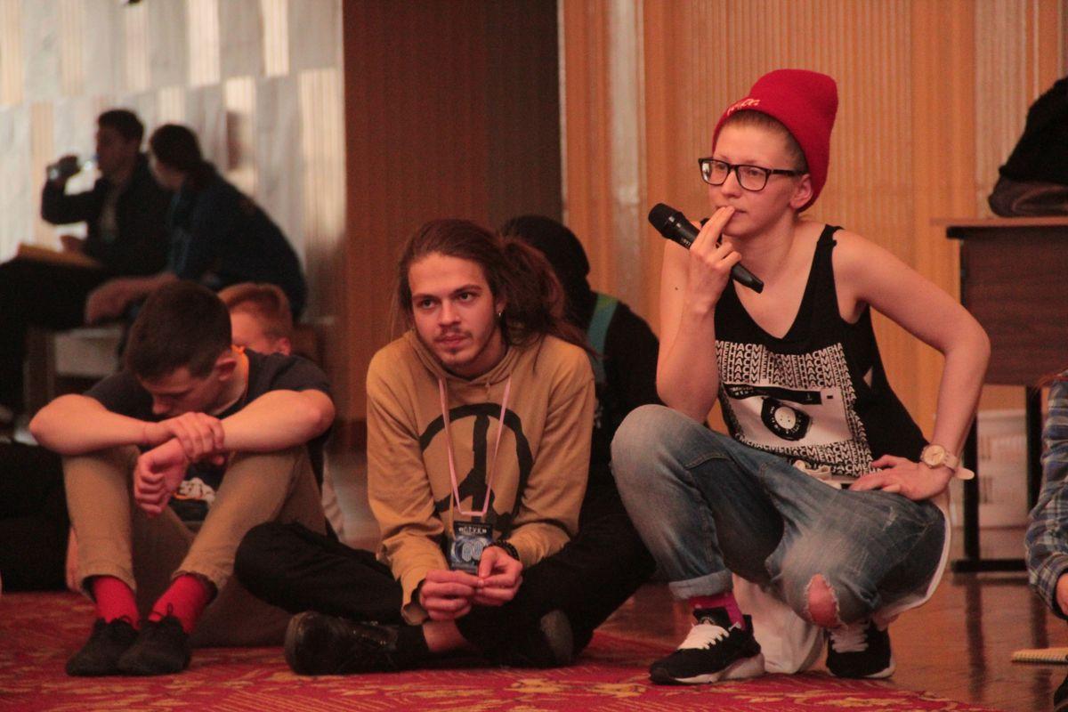 Юлия Ерусова внимательно наблюдает за выступлением ребят и подсказывает, как лучше выполнить упражнение.