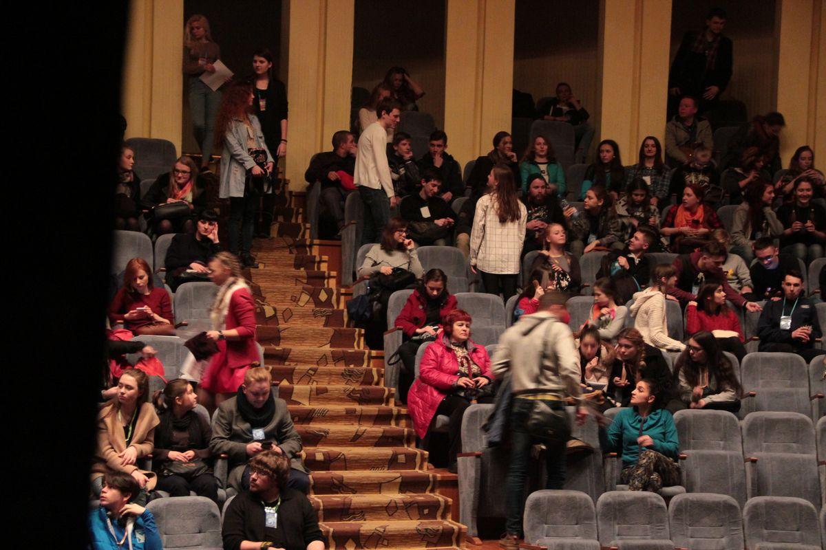 На спектакль театра НИУ ВШЭ по повести Н.В. Гоголя собрался полный зал зрителей.