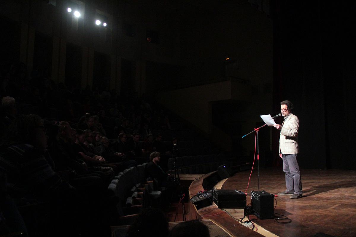 Председатель жюри Тимофей Ильевский читает стихи для гостей «Ночи театров».