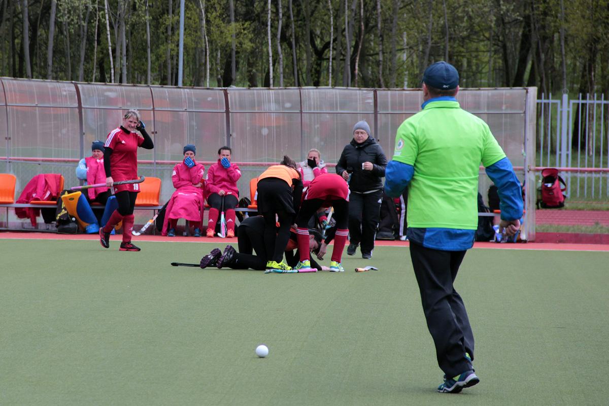 Самый драматичный момент субботней игры – наша спортсменка Ульяна Косабуцкая получает травму головы после удара клюшкой.