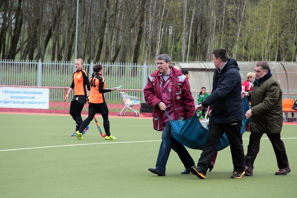 Барановичскую хоккеистку после полученной травмы уносят с поля.