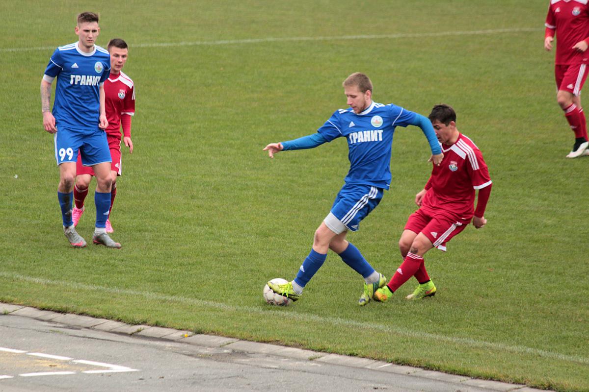 Илья Кухарчик проиграл мяч защитнику гостей.