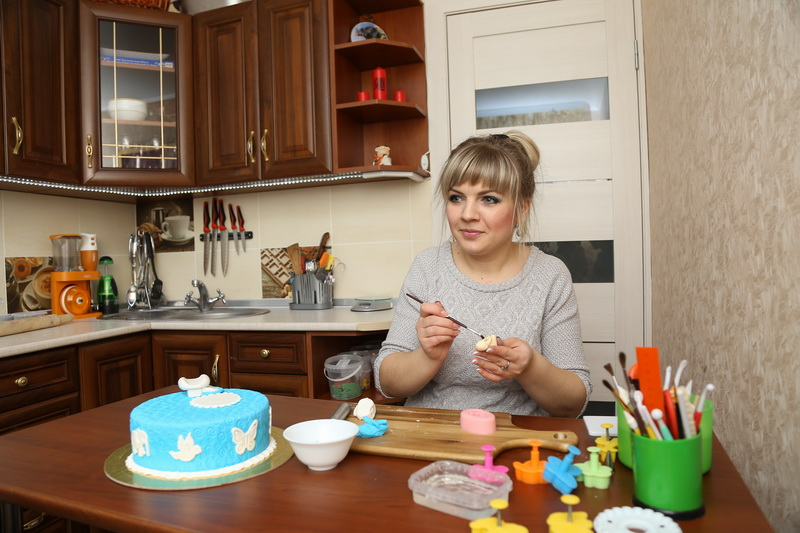 Виктория Тупальская говорит, что чаще всего необычные торты заказывают на дни рождения и крещение детей, а также на свадьбы. Фото:Александр КОРОБ