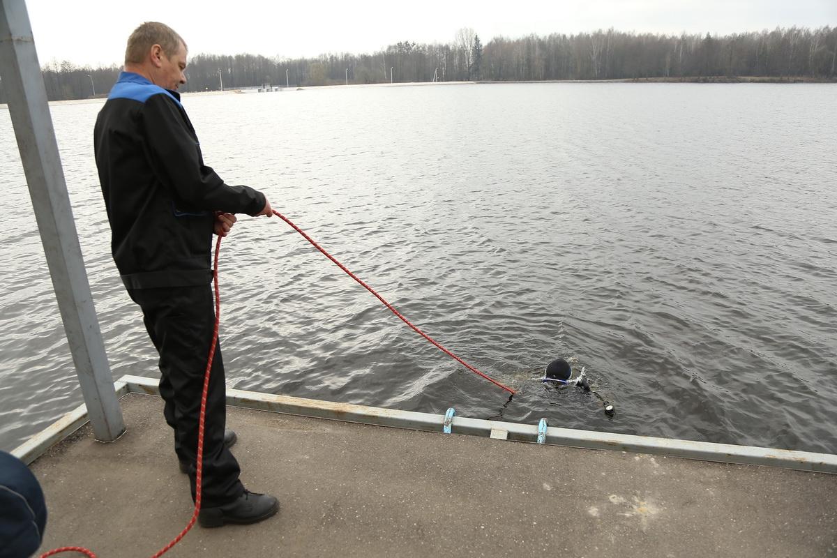 Дмитрий Богдан водолаз первого класса при помощи каната обеспечивает связь с водолазом.