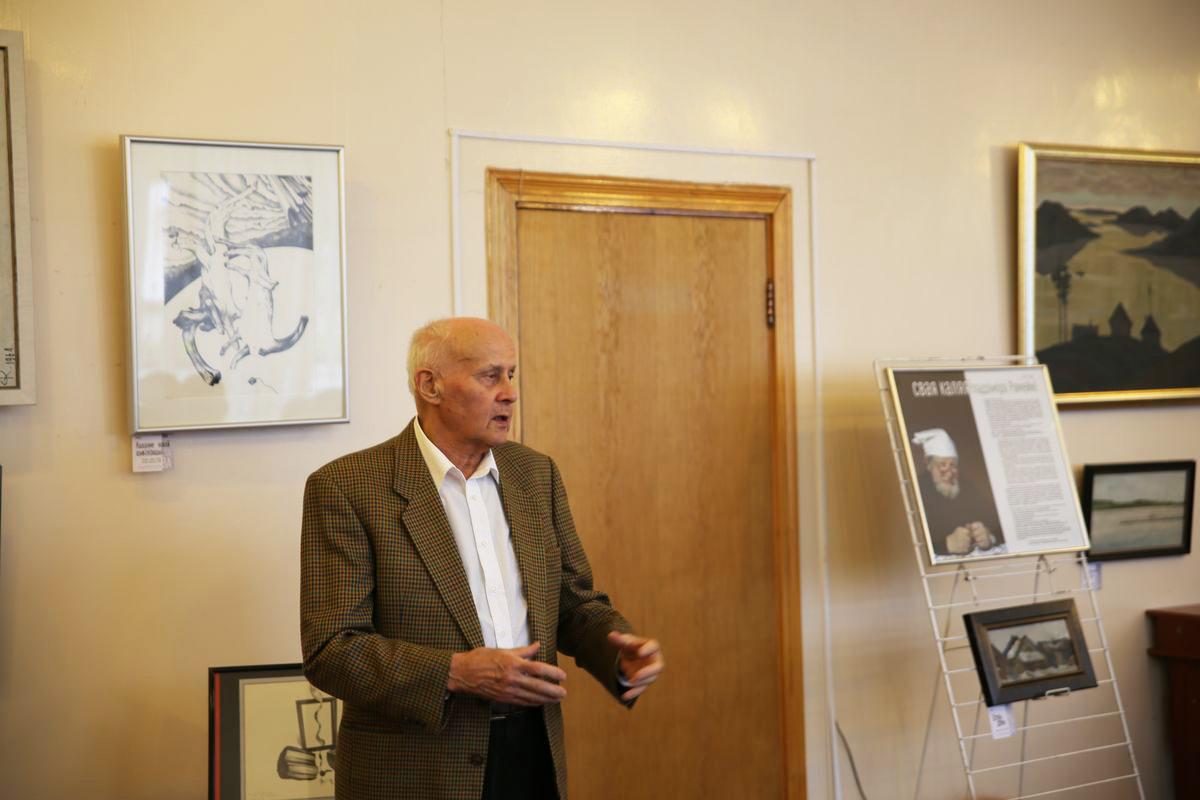 Художник Иосиф Голяк  выступил на открытии выставки.