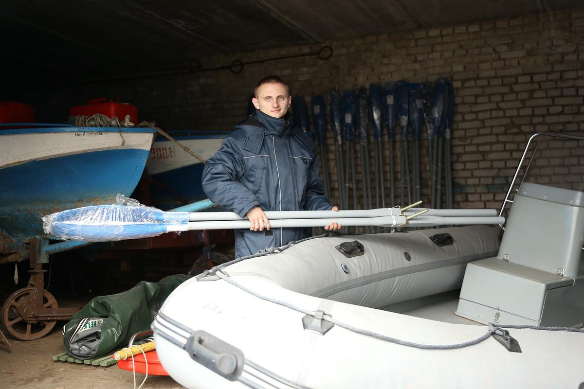 Моторист Павел Аблажей в свой первый рабочий день на станции ОСВОД.