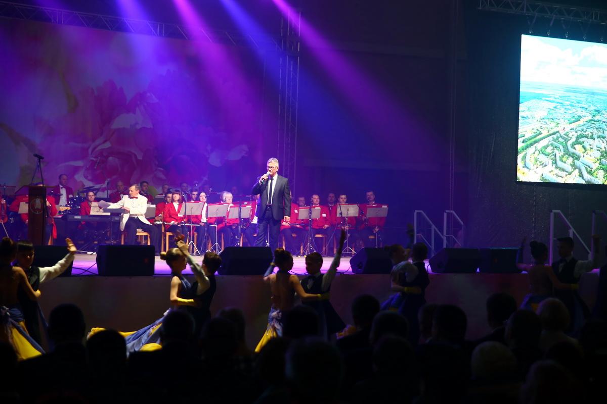 Мероприятие открыл почетный гражданин нашего городаФедор Жилякисполнением песни «Барановичский вальс».