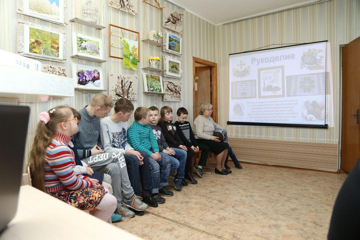 Дети слушают рассказ о празднике Пасхи.
