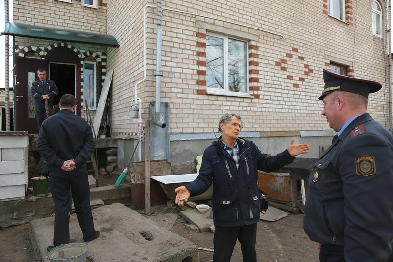 Милиционеры пришли в дом активистов Черноусов 5 апреля  и изъяли при осмотре планшет, два системных блока и ноутбук.  Фото: Александр КОРОБ