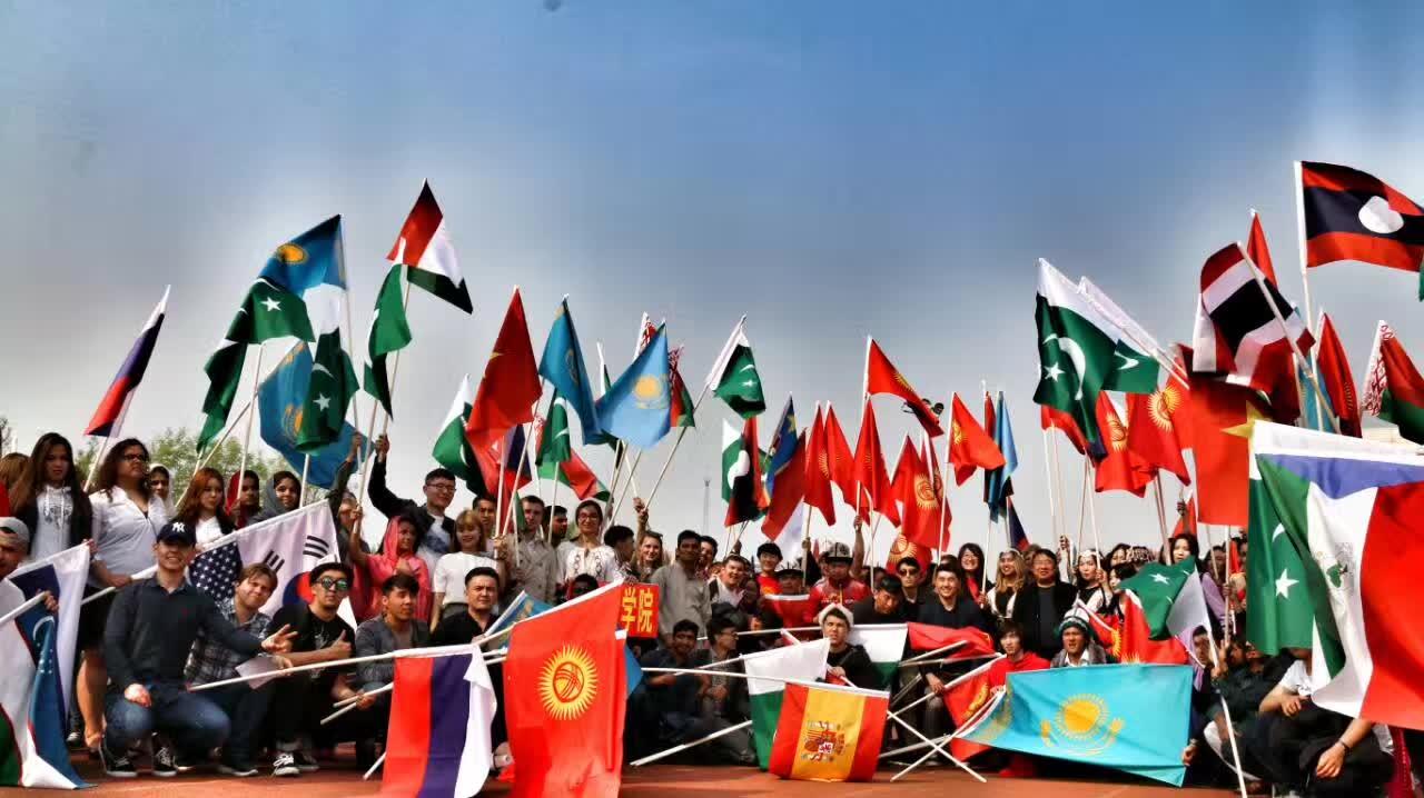 Все иностранные студенты университета на открытии соревнований.