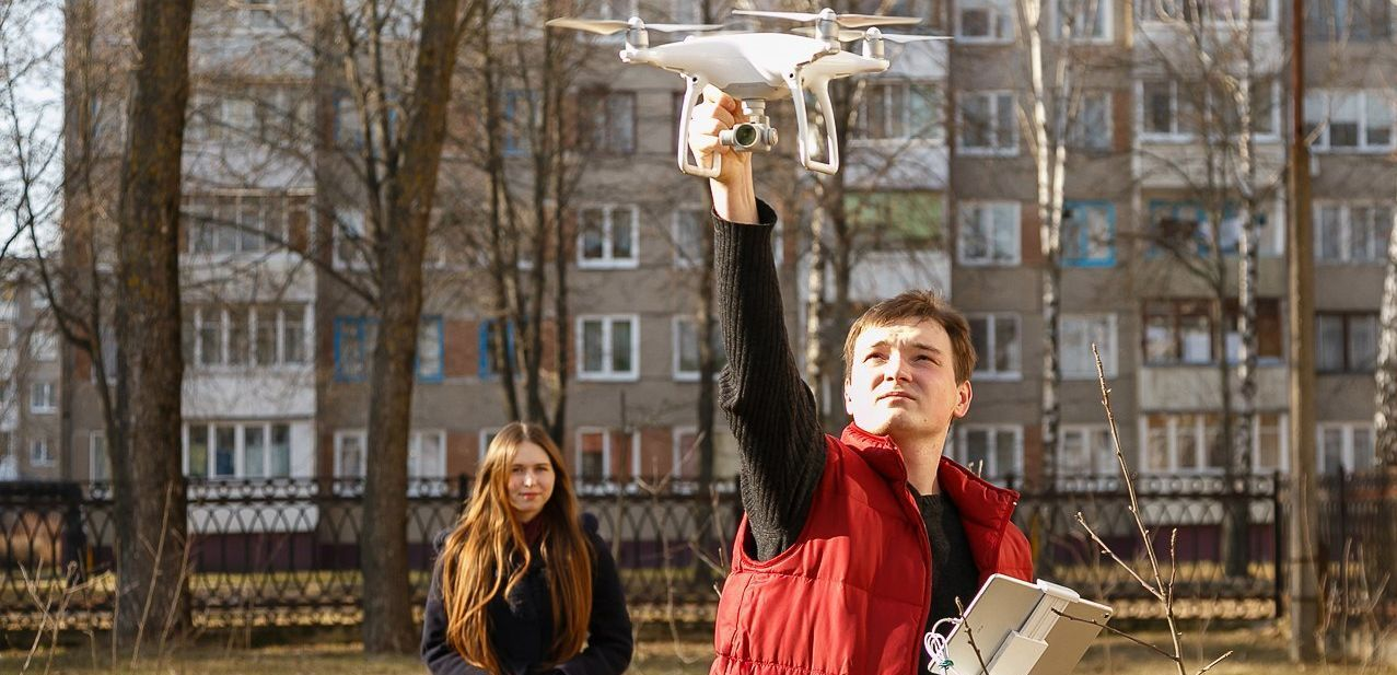 Евгений Михан запускает дрон. Фото: Александр КОРОБ