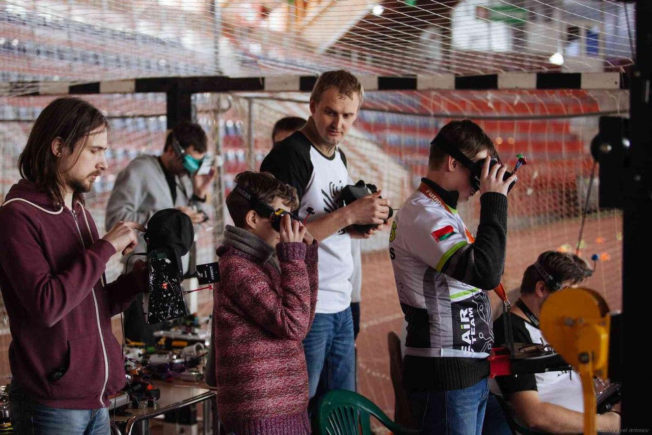Зимний кубок по гонкам на квадрокоптерах в Гомеле. Евгений Михан крайний справа. Фото: Андрей КОНОПЛЕВ