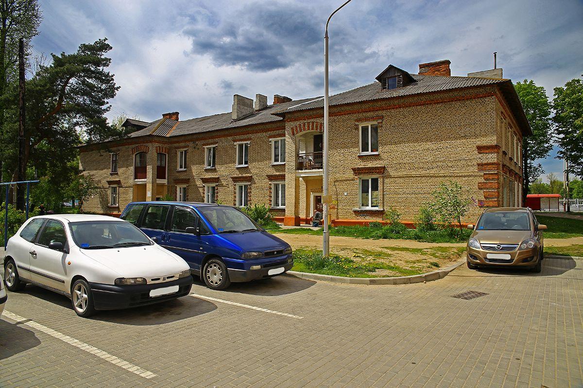 Припаркованные машины перегораживают въезд во двор дома №42 на улице Баранова.