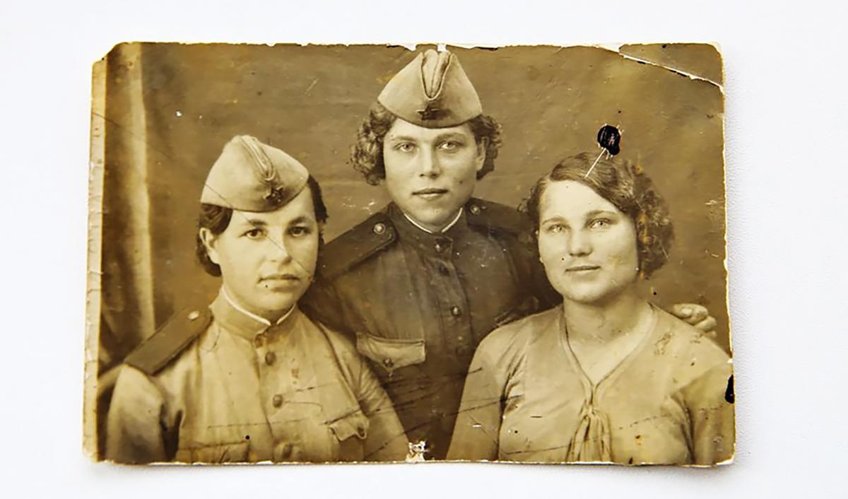 Ольга Петровна (в центре) с фронтовой подругой (слева) и родной сестрой (справа), 1944–1945 годы.