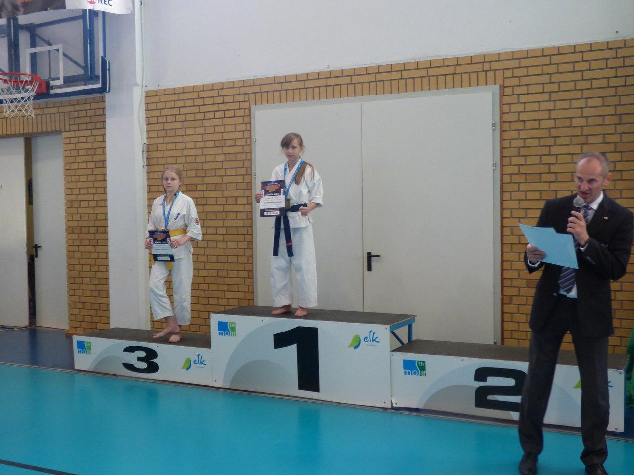 Александра Можейко (в центре) перед церемонией награждения.