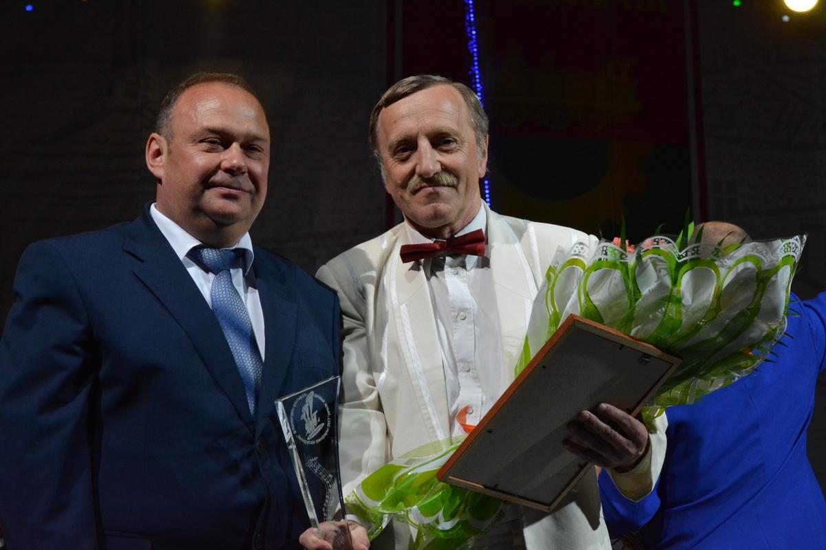 Председатель городского исполнительного комитета Юрий  Громаковский вручил диплом магистру музыки Василию Прадуну.