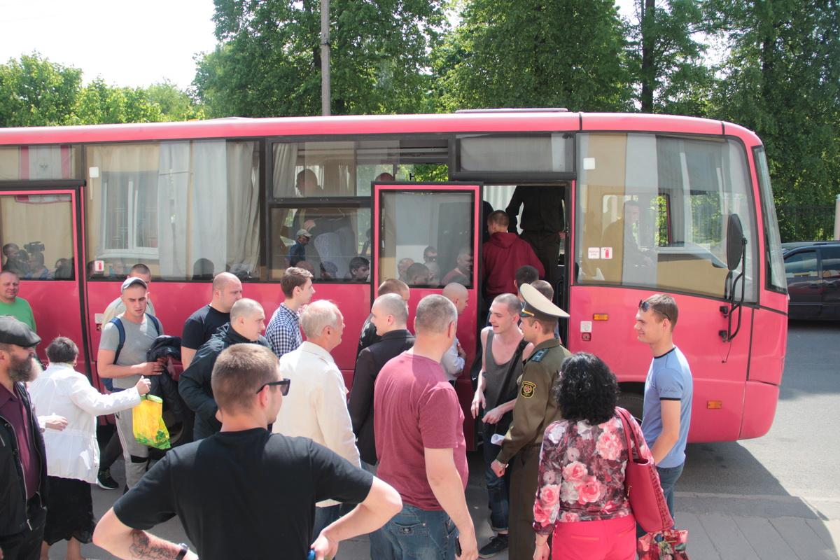 Призывники садятся в автобусы, чтобы ехать в войсковые части.