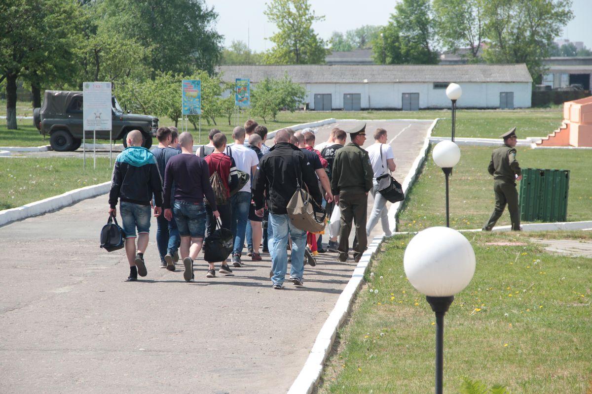 Призывники приехали в 120-ю зенитную ракетную бригаду.