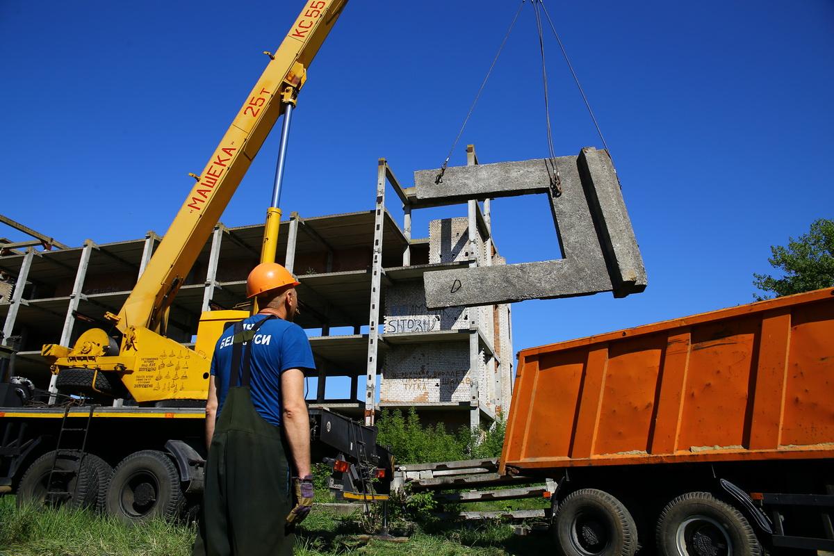 Сотрудники МЧС приступили к демонтажу заброшенного здания в Южном микрорайоне. 23 мая. Фото: Евгений ТИХАНОВИЧ