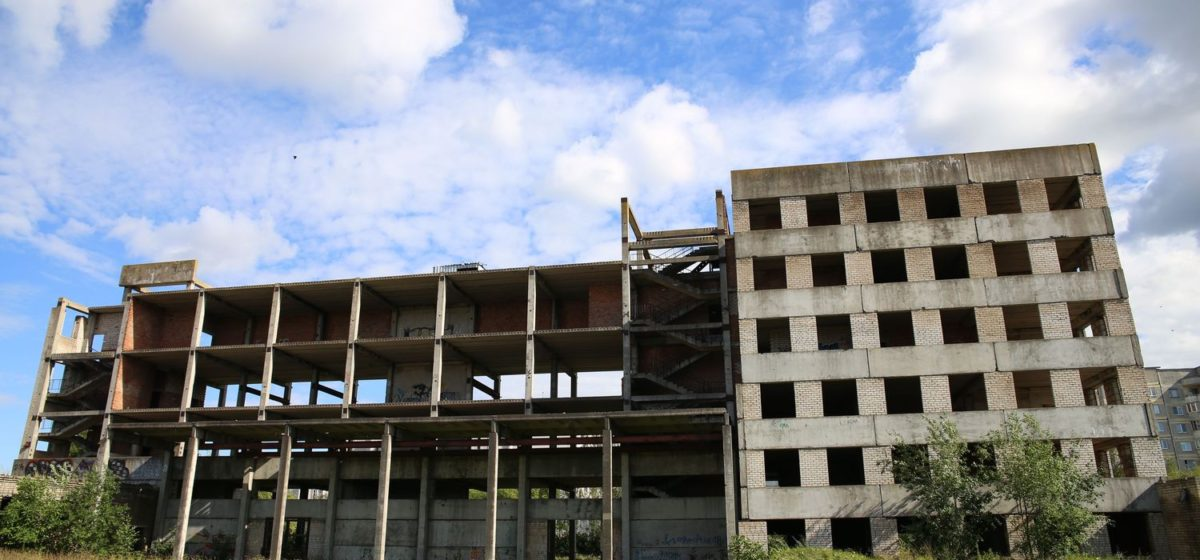 Молодой человек упал с недостроенного здания в Барановичах