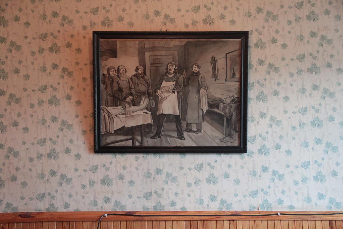 Картина покойницкой времен Царской России в кабинете Юрия Махнача. Фото: Юрий ПИВОВАРЧИК