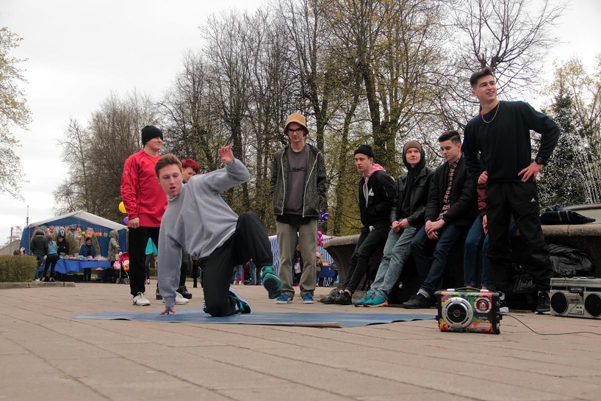 У фонтана ребята танцуют брейк-данс и читают рэп.
