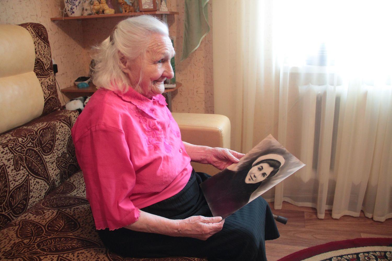 Нина Бресс показывает свою фотографию, сделанную в Кенигсберге. На фото ей 19 лет.