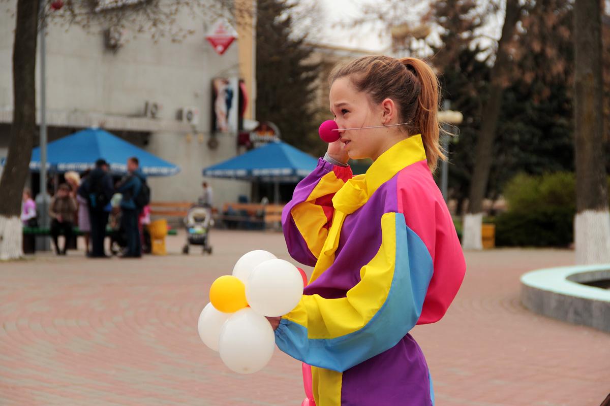 Волонтеры в костюмах клоунов развлекали прохожих.