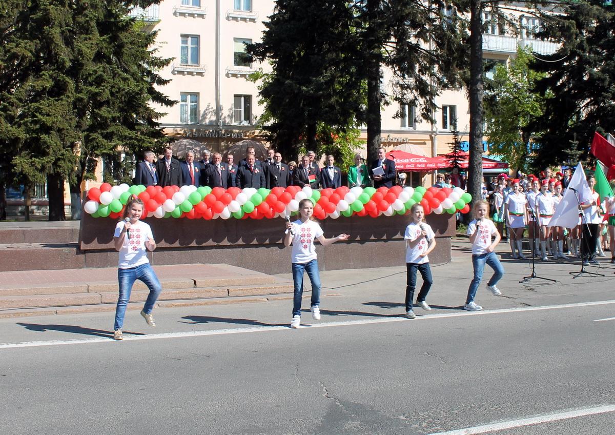 Выканаўцы ўзорнай эстраднай студыі «Онлайн» СШ №17.
