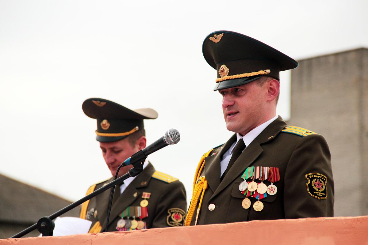 Первый заместитель командира 120-й зенитной ракетной бригады подполковник Александр Хрящев поздравляет военнослужащих с 75-летием бригады.