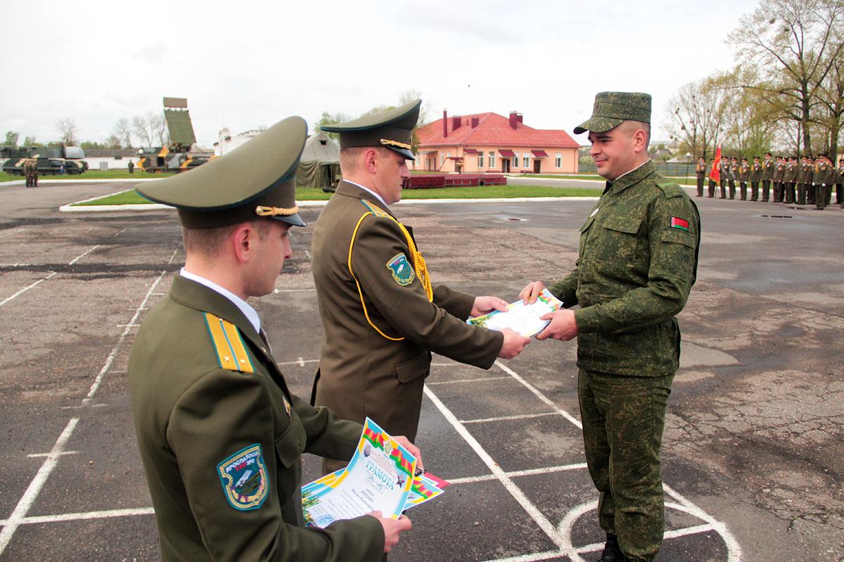 Почетной грамотой награждают Николая Алиферовца, водителя-электрика третьего зенитного ракетного дивизиона.