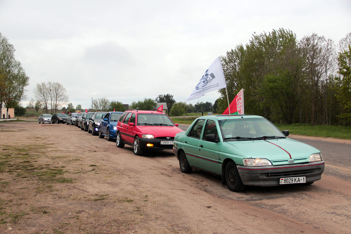 Колонна из нескольких десятков машин готовится к отправлению.