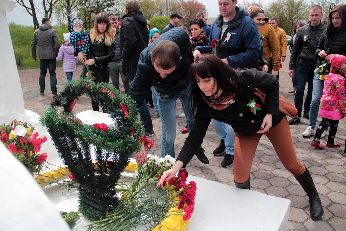 Возложение цветов к памятнику Скорбящей матери.