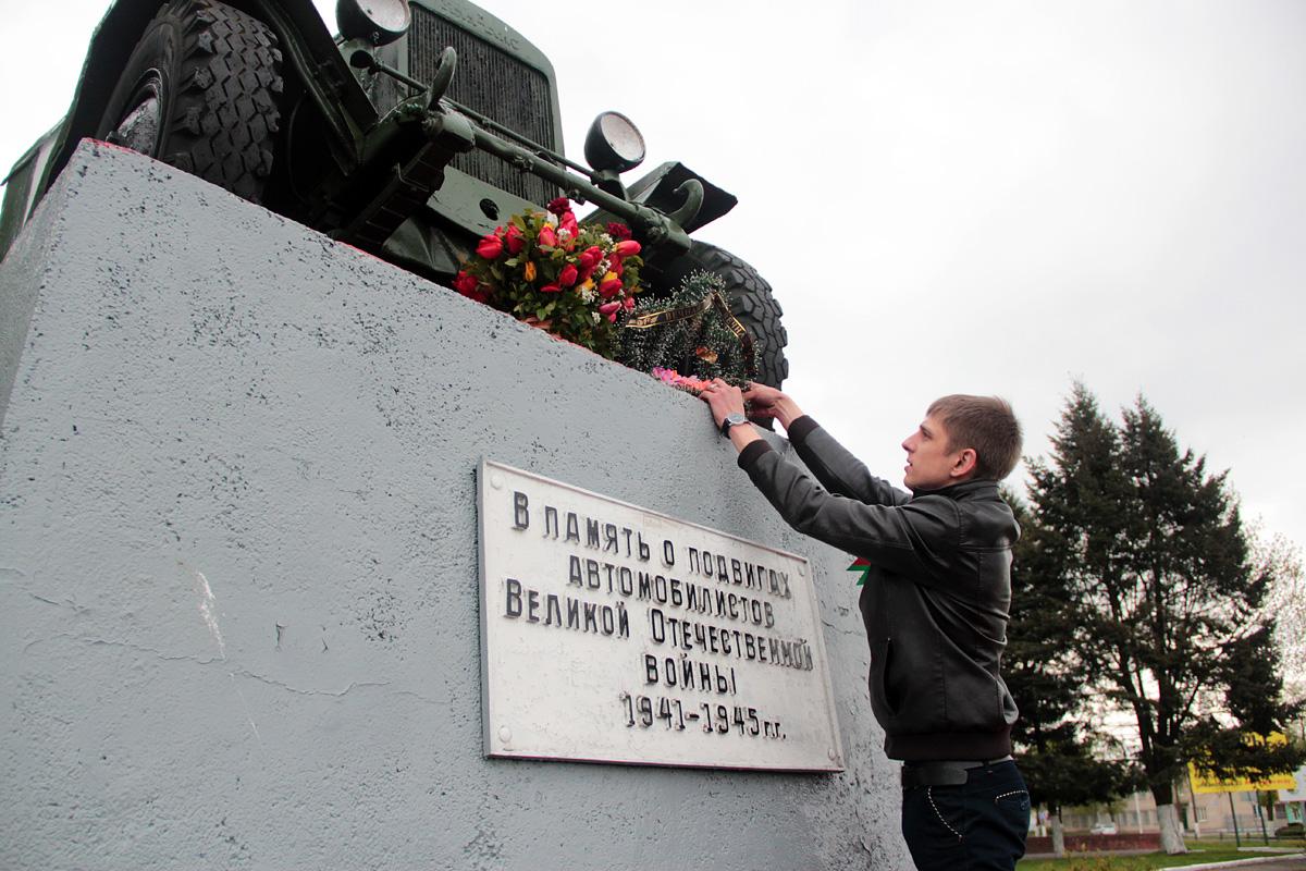 Возложение венка к памятнику воинам-автомобилистам.