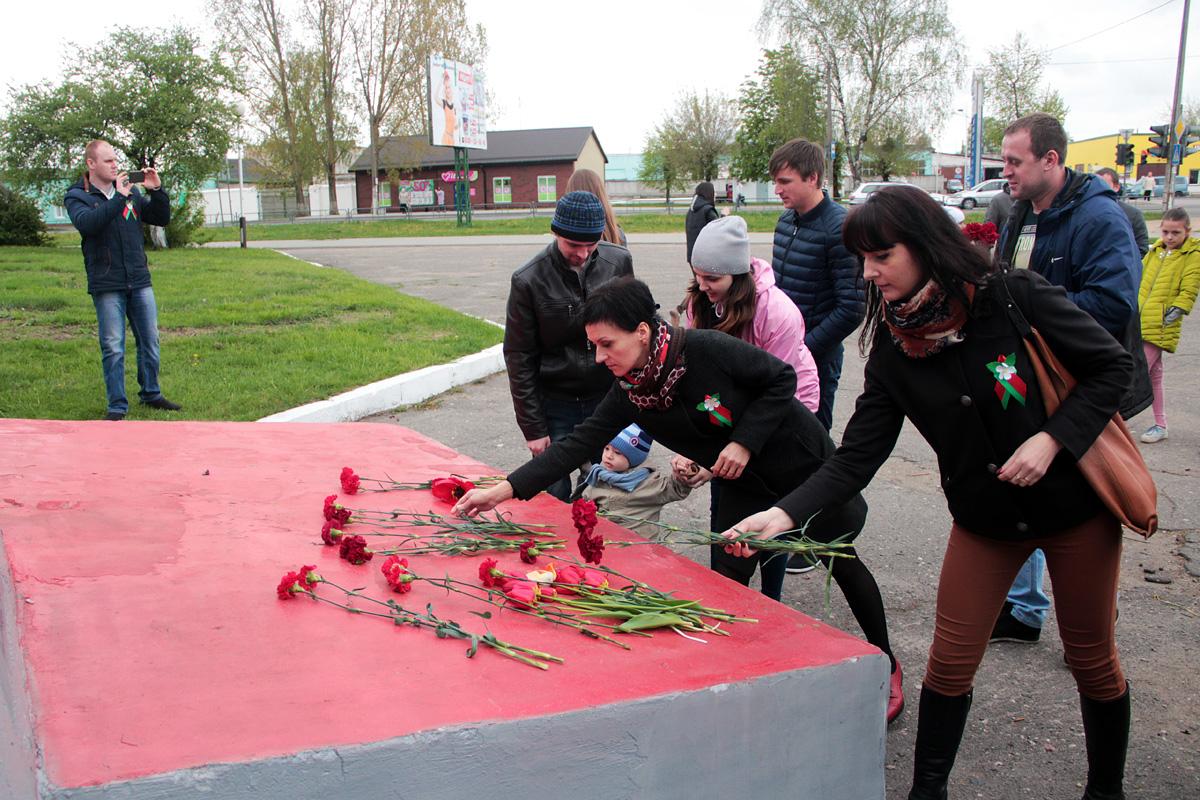 Возложение цветов к памятнику воинам-автомобилистам.