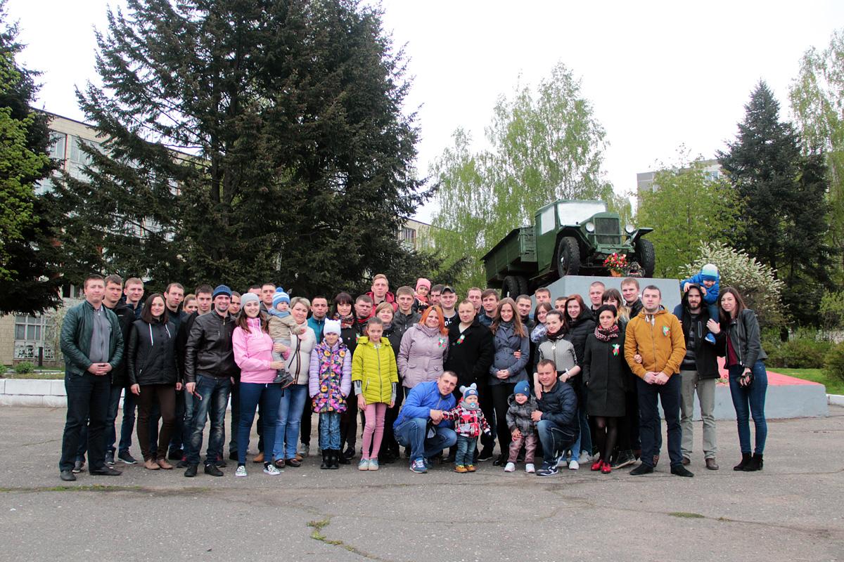 Участники сообщества «DRIVE2 Барановичи» у памятника воинам-автомобилистам.
