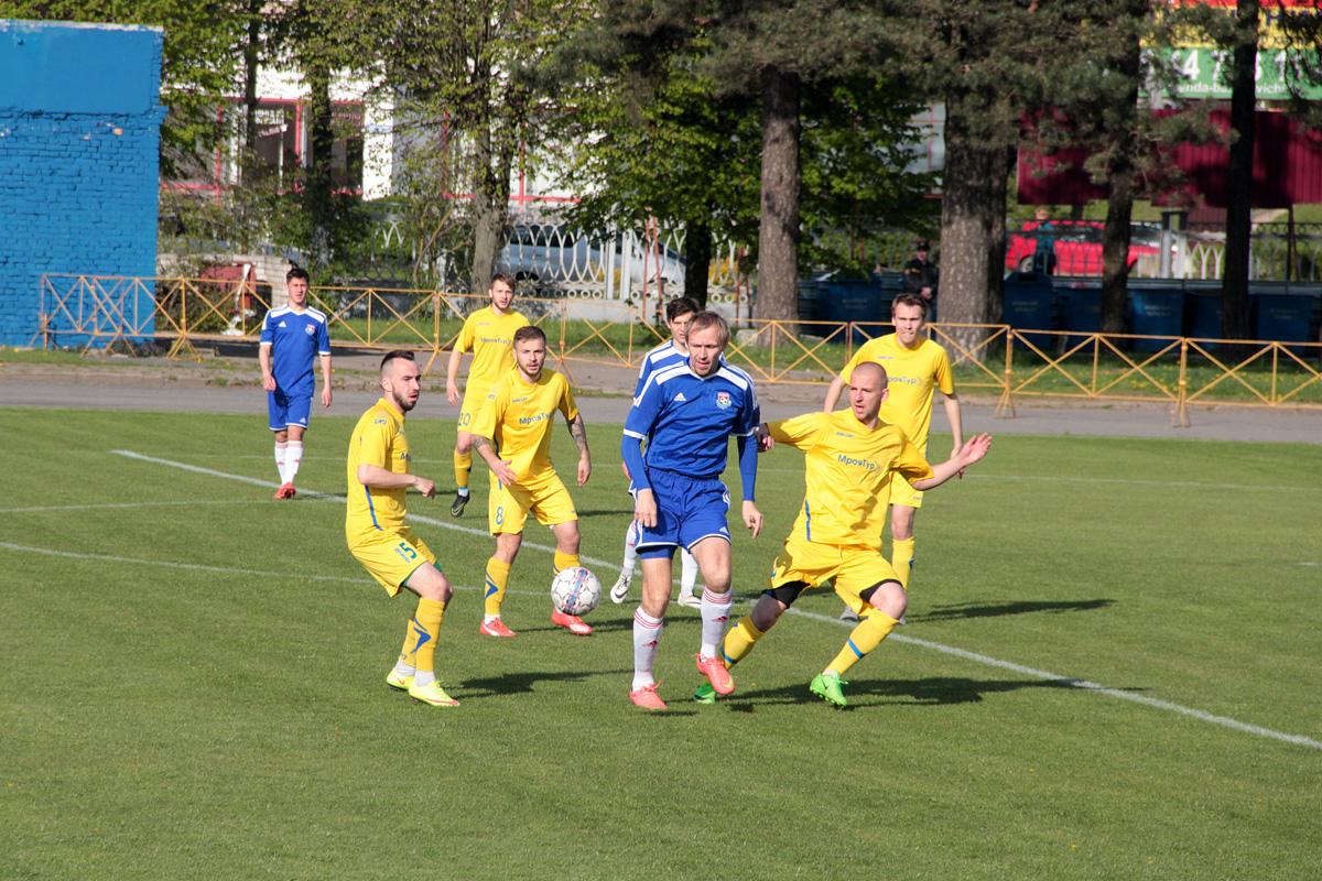 Сергей Крот в окружении слонимских футболистов.