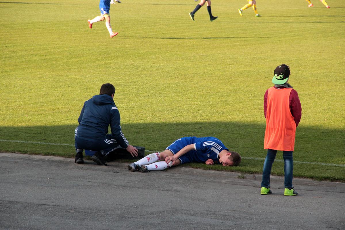 Драма Антона Зеленевского - травма заставила его покинуть поле.